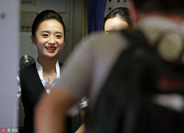Pramugari Shenzhen Airlines Liu Miaomiao dipilih pramugari senyuman paling menawan di dunia   Pramugari Shenzhen Airlines Liu Miaomiao telah dipilih sebagai pramugari dengan senyuman paling menawan di dunia dalam satu pertandingan yang diadakan di bandar Shenzhen wilayah Guangdong China Selatan Jun.  Miaomiao yang dilahirkan di bandar Xian wilayah Shaanxi Barat Laut China memutuskan untuk menjadi seorang pramugari enam tahun lalu.  Latihan orientasi selama tiga bulan membuatkan Miaomiao…