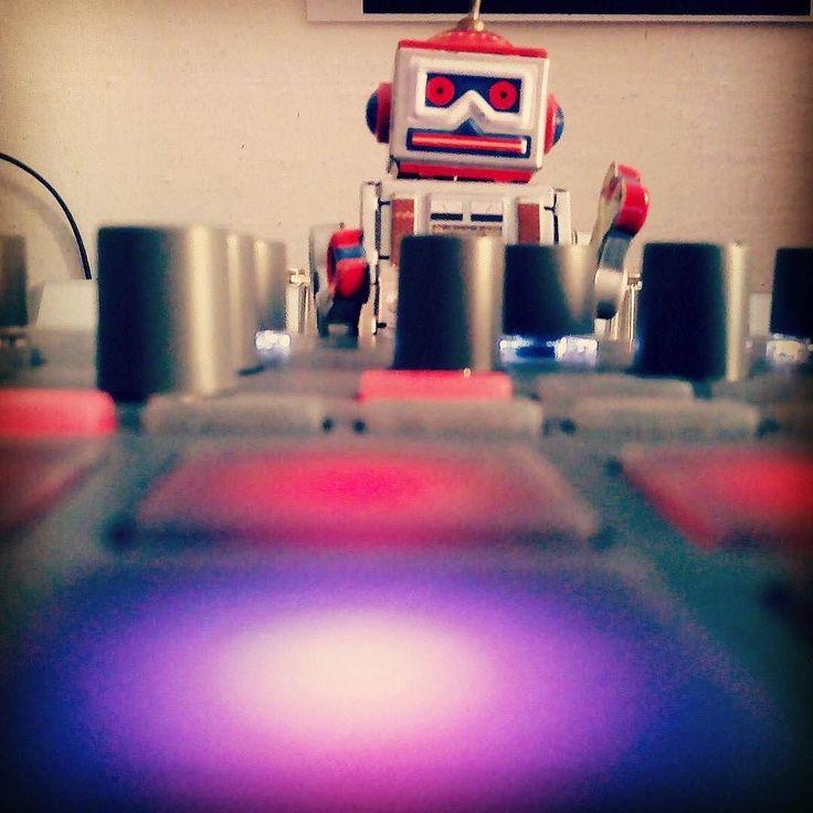 #Repost @osbourne_cox79  Ocx play electribe  #ocx #electribe #korg #robot #dj #electronicmusic #electronic #photo #knob #pad #picoftheday #electribelovers