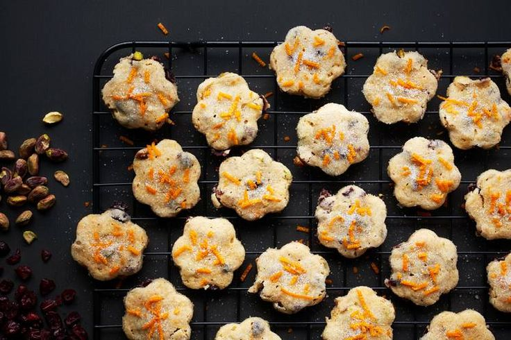 Shortbreadhjerter med bær, nøtter og sitrusskall. Bare fantasien setter grensene for videre variasjon.#shortbread #julekaker #småkaker