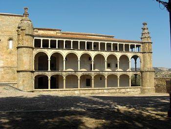 Conventual de San Benito. Fue construido por los Reyes Católicos, una vez que se terminó la reconquista. Se inició en 1505 y su construcción duró buena parte del siglo XVI. Alcántara ya no pertenecía a ninguna Orden Militar. Fue saqueado durante la Guerra de Sucesión 1706, sufrió desperfectos importantes en el terremoto de Lisboa (1755) y fue abandonado con la Desamortización (1835).