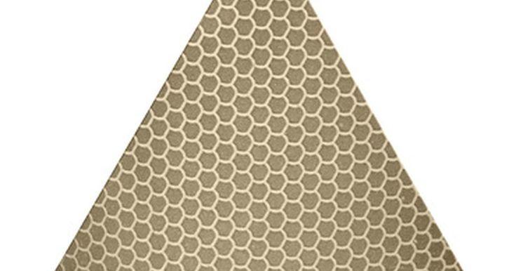 Cómo calcular un triángulo 30-60-90. Un triángulo con los ángulos de 30, 60 y 90 grados es por definición un triángulo rectángulo, debido a que uno de los ángulos es de 90 grados (un ángulo recto). Este tipo de triángulos son muy importantes en la enseñanza de la trigonometría, por lo que vale la pena conocer cuáles son las longitudes de los lados de uno de estos triángulos y cómo ...