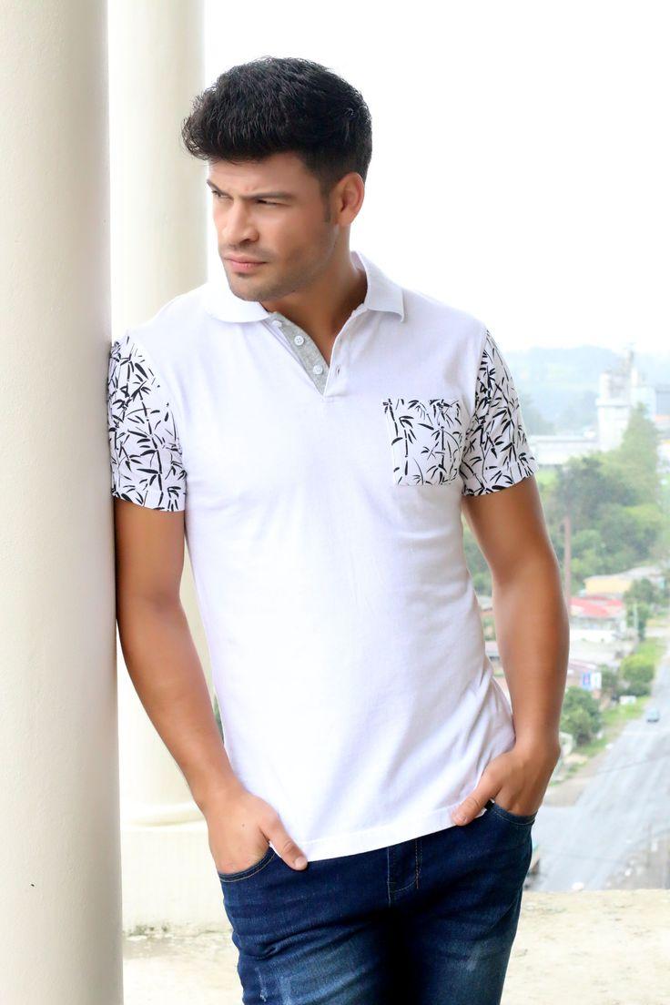 Camiseta tipo polo con estampados en las mangas y bolsa.