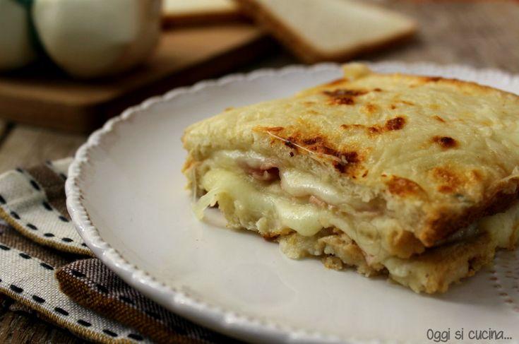 Lo sformato di pancarrè con prosciutto e scamorza è un secondo piatto al forno facile e veloce, utile quando si hanno affettati e formaggi da consumare.
