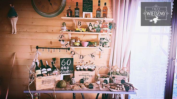 Rustykalne, naturalne, jesienne, męski urodziny. Bufet - słodki i alkoholowy. Dekoracja stworzona z skrzynek i korków do wina, zielonego mchu, kulek, słoików z ekologiczną wstążką oraz kredowych tablic. / Rustic, fall, natural, wood, woodland, eco, birthday, man, party, 60, decorations, ideas, sweet, alcohol, buffet, whisky, wine, food, ideas, cupcakes, cookies, blackboards, mason jar, ribbon, wine box, moss, tree.
