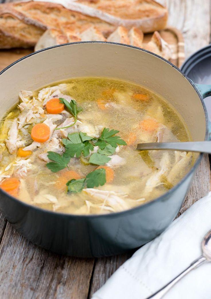 Denne kyllingsuppen er enkel, smakfull og næringsrik. Oppskrift på hjemmelaget kyllingsuppe med persille og hvitløk.