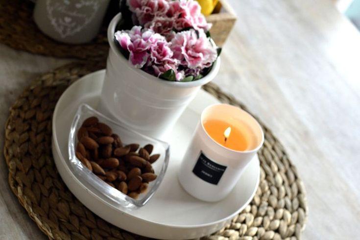 Dodici  to połączenie pięknego  eleganckiego zapachu z klasyczną elegancją bieli i czerni.   Zapach charakterystyczny dla tej świecy to rozmaryn, sycylijska cytryna, majeranek oraz lawenda. Idealnie sprawdzi się w salonie czy sypialni Do kupienia na www.wyszukanedodomu.com