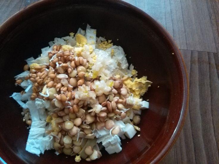 Очень вкусный и полезный салат из проросших зерен пшеницы и чечевицы. Все что…