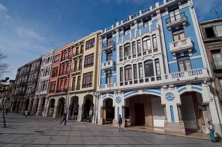 Modernismo. Una serie de coloridas casas junto a la Plaza del Ayuntamiento con influencias modernistan le dan otra faceta más a la ciudad | C.Jordá