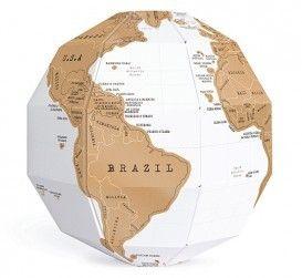 Scratch Globe. Je maakt de kaart helemaal eigen door de plekken open te krassen waar je bent geweest, wat verschijnt in een felle kleur nadat je de gouden kraslaag hebt weggekrast! #globe #wereldkaart #landkaart #wereldbol #reiscadeau #cadeau #reizen #wereldreis