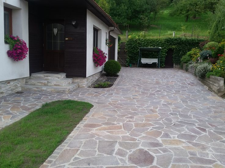 Nádherná dlažba kolem domu z přírodního kamene - porfyr