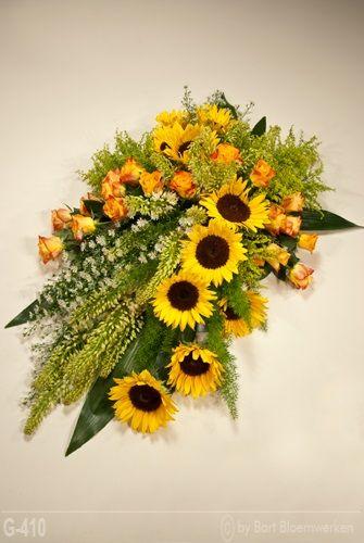 Rouwbloemstuk met eremurus, zonnebloem en rozen