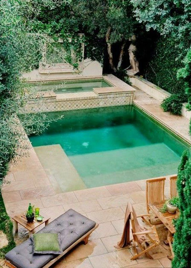 Une piscine carrée au cœur d'un écrin de verdure