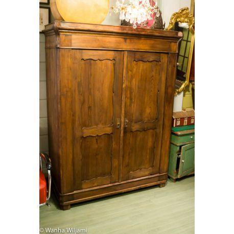Ruskea talonpoikaisvaatekaappi 1800-luvun loppupuolelta. Kunnostettu.