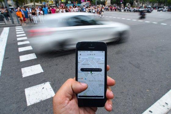 Aplicativo do Uber. Caso o PL 28 seja aprovado com as alterações, os motoristas precisarão comprovar a ausência de antecedentes criminais, e seus cadastros serão partilhados com as prefeituras (Foto: David Ramos/Getty Images)