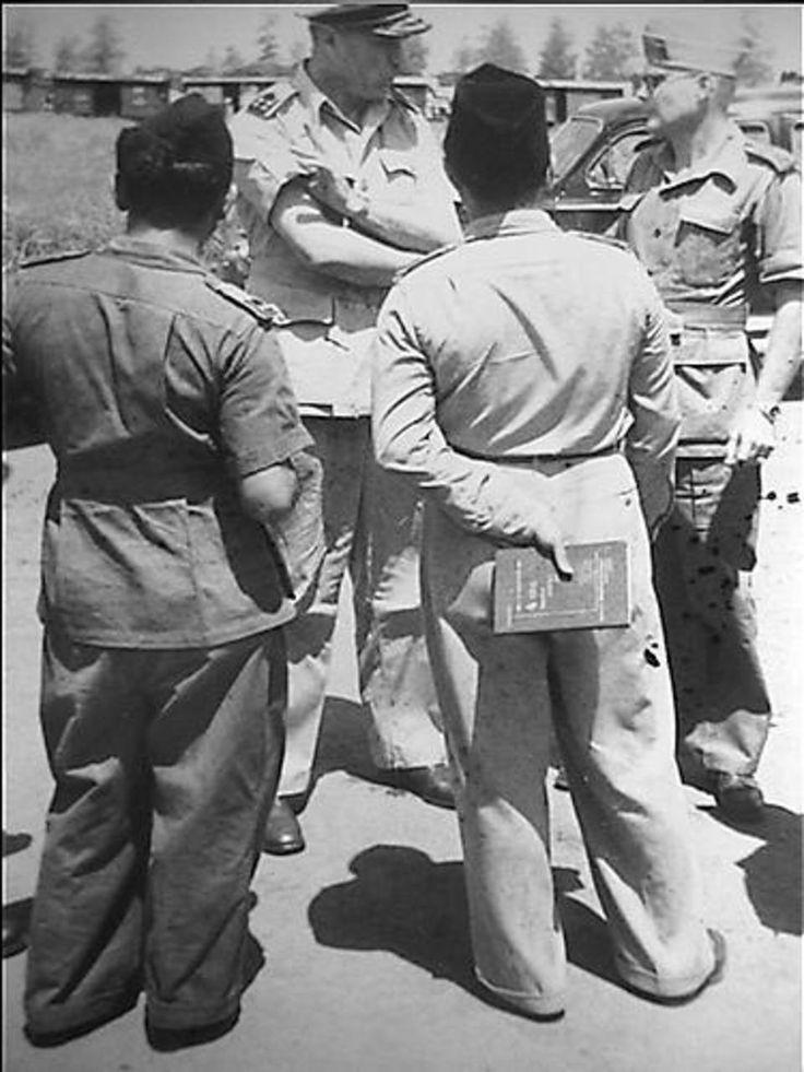 Overdracht materiaal. Te Soerabaja werd een aan Kalimasweg een aanzienlijke hoeveelheid rollend legermateriaal aan de Kapitein Sriamin van de TNI LMD overgedragen. Aanwezig waren de Ned. Tpn. CDT. O-Java, Generaal Majoor Scheffelaar en de Terr. Tpn. Cdt. O-Java TNI Kolonel Sungkono. De Generaal in gesprek met de Kolonel.24 maart 1950 (Fotocollectie Nationaal Archief)