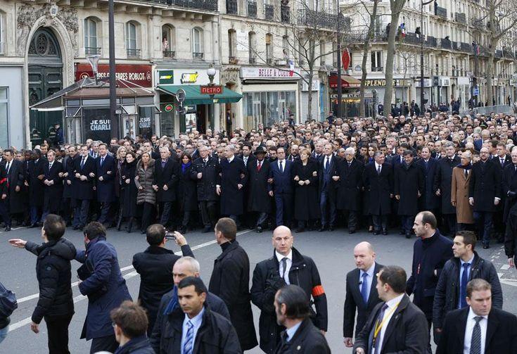 La marche républicaine à Paris - Le service d'ordre précède les chefs d'Etat et de gouvernement en tête du cortège. YVES HERMAN / REUTERS