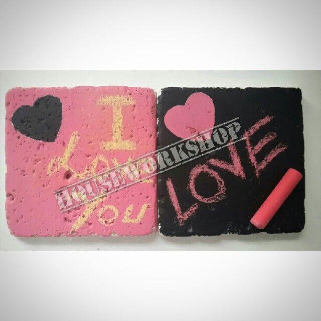 #taşbardakaltlığı #taş #doğaltaş #stone #coaster #travertentaş #Kişiyeözel #ismeözel #Sipariş #handmade #elyapımı #chalckboard #karatahtaboyası #tebeşir #decor #hediye #aşk #sevgili #14şubat #sevgililergünü #valentinedays #love  Yapması bizden sevdiğinizi istediğiniz şekilde yazması sizden  14 Şubat için özel olarak hazırladığmız kara tahta boyalı silinebilir doğal taşlarımıza istediğinizi yazabilir farklı ve kalıcı bir hediye ile etkileyici olabilirsiniz.  Siyah,yeşil,pembe,pudra pembe,koyu…