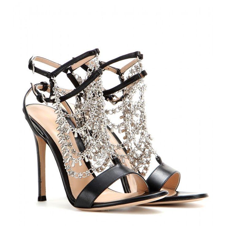 """Inspiriert von """"Gypsie Queens"""" und ihrem üppigen Schmuck sind diese glamourösen Statement-Heels von Gianvito Rossi. Das elegante Riemchendesign aus edlem schwarzem Glattleder bringt das silberfarbene Dekor, das sich sinnlich wie eine Kette an Ihren Fuß legt, perfekt zur Geltung. Tragen Sie diese extravaganten Sandalen zu lässigem Denim und Blazer oder ultrachic zum sleeken Kleid."""