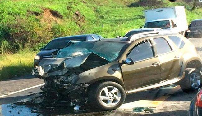 Veículo teve parte frontal destruída com a colisão - Foto: Reprodução | Site Voz da Bahia