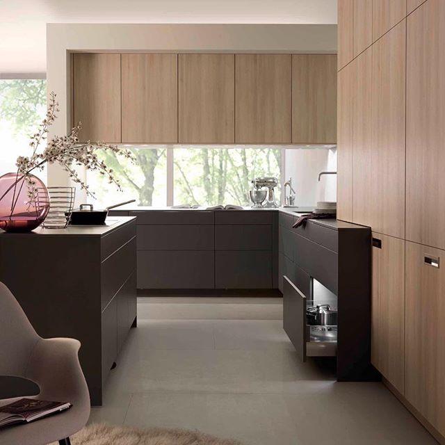 """Morning! 🌾minimalista e com três """"blocos"""" de cor bem definido • piso • armário inferior • armário superior #inspiração #kitchen #cozinha #decor #design Minimalist and contemporary kitchen - just beautiful!"""