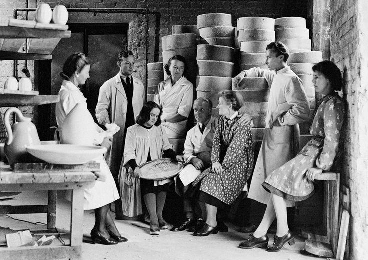 Formgivarna på Arabia samlade i fabriken 1945. Från vänster: Aune Siimes, Michael Schilkin, Toini Muona, Friedl Holzer-Kjellberg, Kurt Ekholm, Lea von Mickwitz, Birger Kaipiainen och Rut Bryk.
