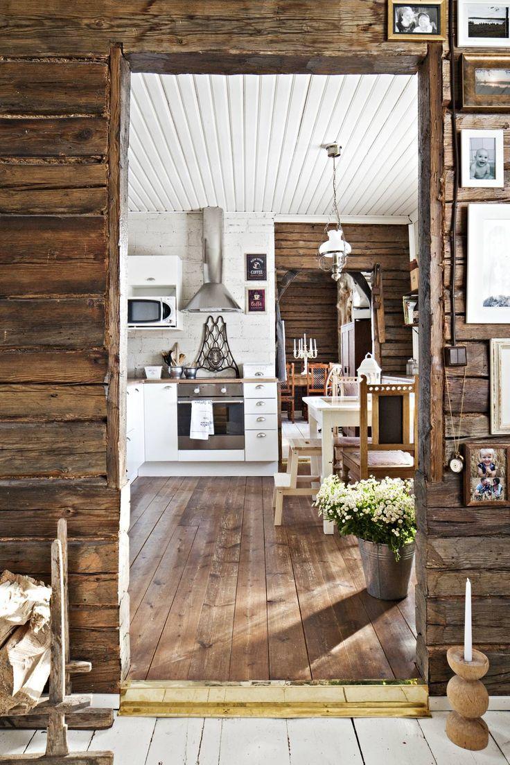 Olohuoneesta näkyy keittiön kautta ruokahuoneeseen. Valkoiset kaapistot on hankittu Futuro-keittiöstä. Olohuoneen ovensuussa on kynttilänjalka, jonka pappa sorvasi Marille yksivuotislahjaksi. Vanha puujalaksinen kelkka toimii halkokorina. Keittiön ruoka-pöytä on huutokaupasta ja tuolit antiikkiliikkeestä.