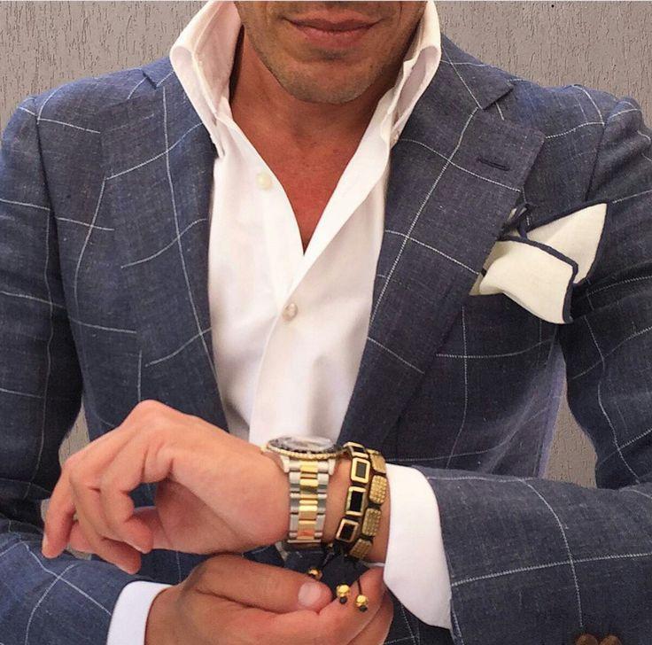Tolles stahlblaues Windowpanesakko mit klassisch weißem Hemd und perfekt ausgesuchtem Pochette.