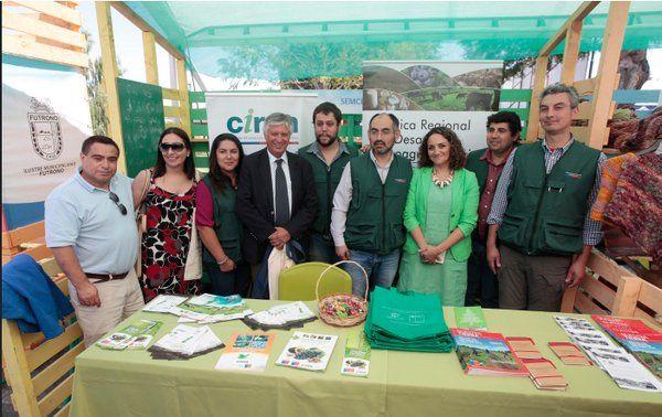 #Ciren  presente en #ExpoMundoRural Los Ríos.  Subsecretario  de Agricultura, Claudio Ternicier, visita nuestro espacio junto a alcaldesa de Futrono.