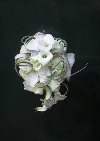 Modern druppelvormig bruidsboeket in wit met rozen, calla's en Tillandsia arr. Regina Bloemsierkunst Den Haag