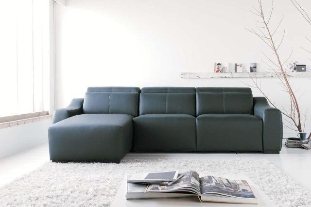 Sofá de tres piezas con chaisse longue en piel oscura