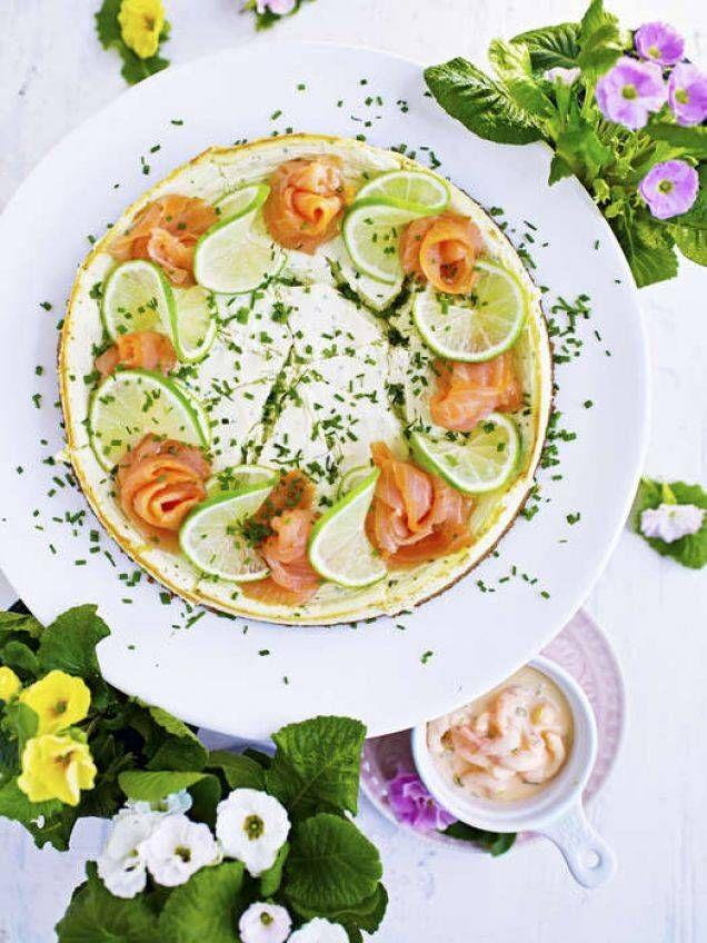 Perfekt laxtårta till buffé eller som vacker lunch. Små bitar av den här maffiga gräslökscheesecaken rekommenderas - mycket god och mycket mättande.