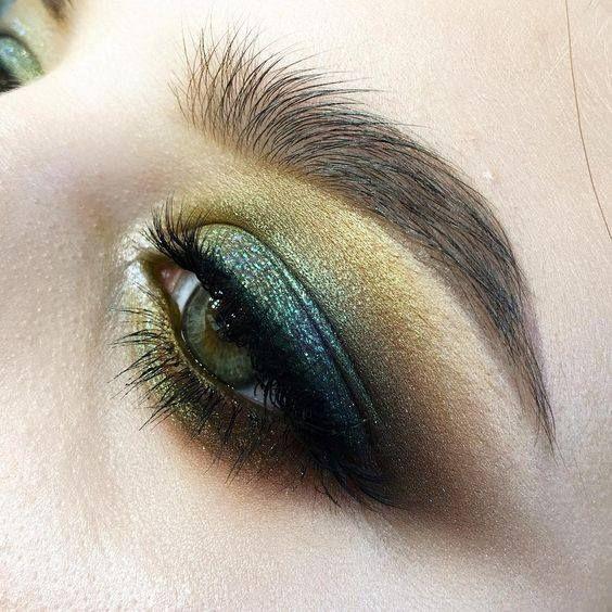 Магия глаз: секреты мейкапа с зелеными тенями  Если в эту пятницу для вечернего акцента на глаза вы выбрали тени моднейшего зеленого оттенка, уделите немного времени нашим советам: эти подсказки помогут добиться красивых эффектов и использовать все возможности этого глубокого и сильного цвета. Запоминайте!  - Начинайте с праймера На подвижное веко наносите основу под тени. Она серьезно продлит стойкость макияжа и будет поддерживать его яркость в течение всего дня. К тому же, на основу тени…