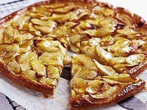 Makkelijke appeltaart met bladerdeeg, vanillesuiker en abrikozenglazuur.