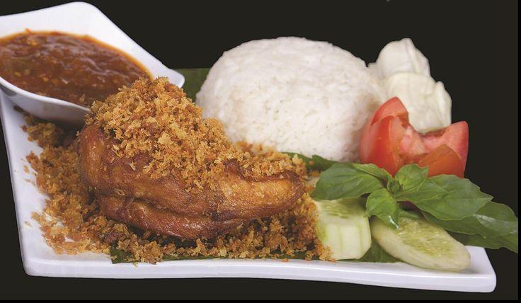 Ayam kremes, nasi dan sambal dari Ayam Penyet Margo (Depok)