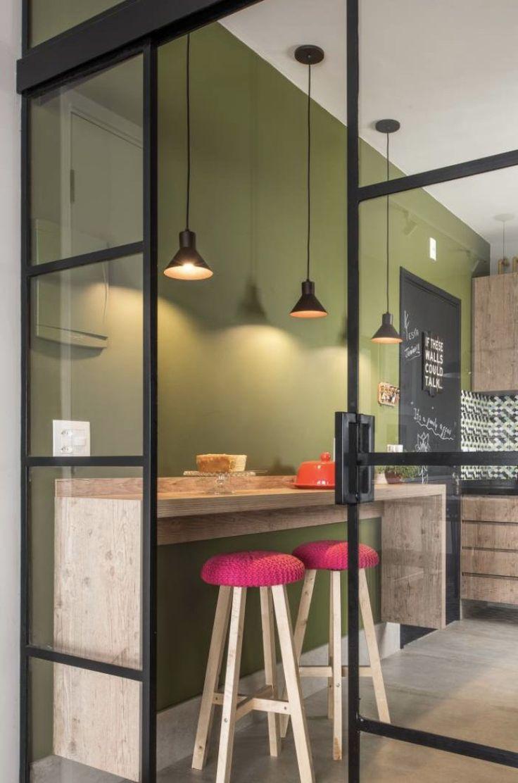 Pantone - 2017 - Cor do Ano - Color Of The Year - Greenery Kitchen - Green Kitchen - Cozinha Verde - Cozinha Greenery - Decoração de Cozinhas - Cozinhas Decoradas -  Cozinha Verde Kale - Cozinha Verde Oliva - Cozinha Tons de Verde - Shades of Green - #BlogDecostore - Banquetas de Cozinha - Banquetas para Cozinha - Pendentes - Divisória de Vidro - Bancada de Madeira - Banquinho de Crochê - Banquetas de Crochê - Black Board - Parede de Lousa