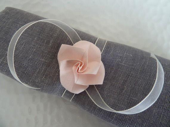 Rond de serviette avec fleur origami et ruban organza ivoire