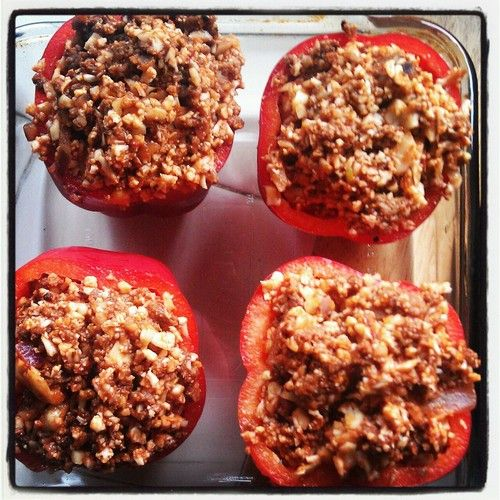 Red peppers stuffed with lean ground beef, riced cauliflower, sun dried tomatoes, onion, and chipotle pepper sauce #paleo #dinner #healthy