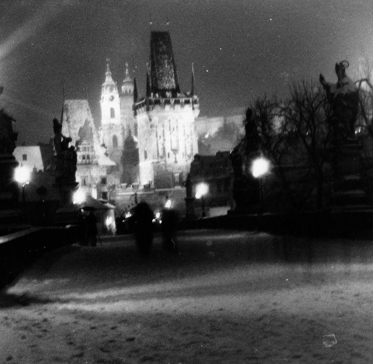 Posílám vám fotografii zasněženého Karlova mostu. Fotografii jsem vyfotil na fotoaparát Lubitel2 (film fomapan 100 - střední formát) ,film doma vyvolal a fotografie podomácku zpracoval chemickou cestou. Clona 16 a čas 25 sekund. Byla taková zima,až mi praskla drátěná spoušť