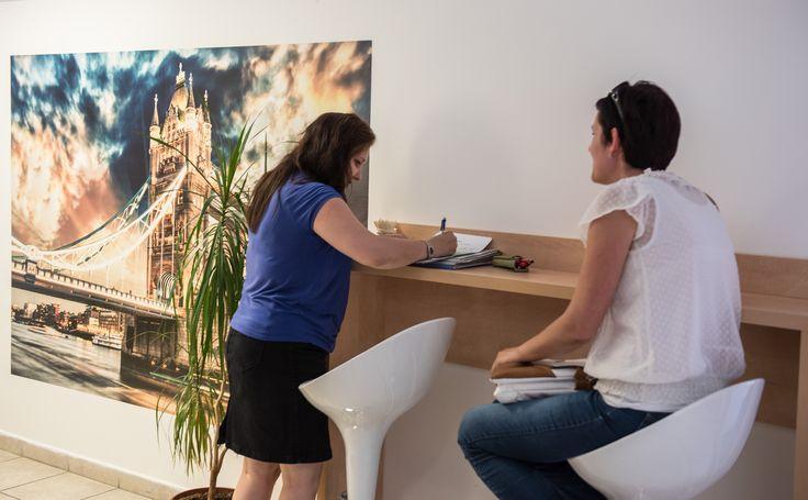 A folyosó várórészén modern pultok és bárszékek teszik kényelmessé nyelvtanulóinknak a nyelvórára várakozást.