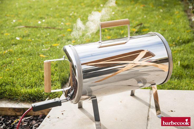 Met de elektrische rookoven Otto rook je vanaf nu in 1, 2, 3. Plaats een handvol geweekte rookchips in de lade, steek de stekker in het stopcontact en het plezier kan beginnen. Een vis van 2 kg rook je al in 45 minuten! Elektrische bediening & tijdloze afwerking. Barbecook Otto mag alleen buitenshuis gebruikt worden.