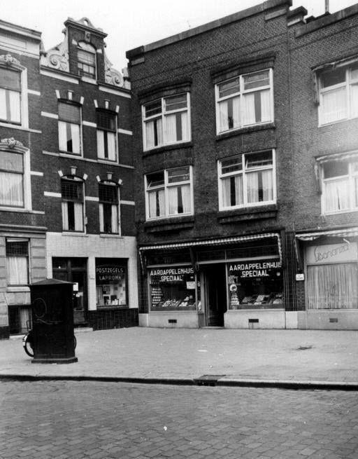 Rotterdam - Van Speykstraat (pleintje ) met postzegelwinkel, aardappelhandel en daarnaast een bar/café.