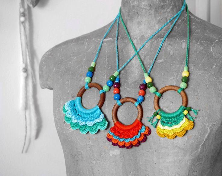 horgolt nyakláncok fa karikával és kerámia gyöngyökkel / crochet necklaces with wooden ring and ceramic beads #horgolt #crochet #nyaklánc #necklace #colorful