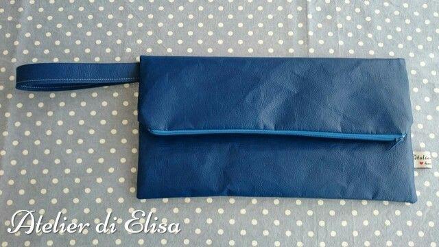 Foldover clutch similpelle blu elettrico con interno stoffa a righe bianche e blu!