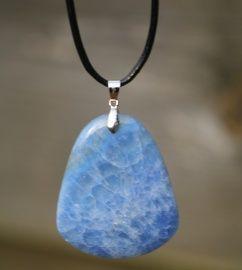 Hanger van blauwe chalcedoon. Afmeting steen: ca 4,5cm x 4cm x 0,7cm Lengte koord: +/- 50cm Prijs: €14,95