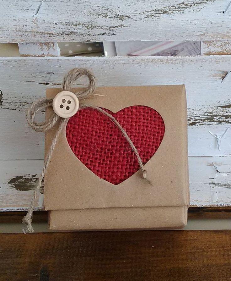 μπομπονιέρα γάμου κουτί κύβος με  χρωματιστή καρδιά απο λινάτσα