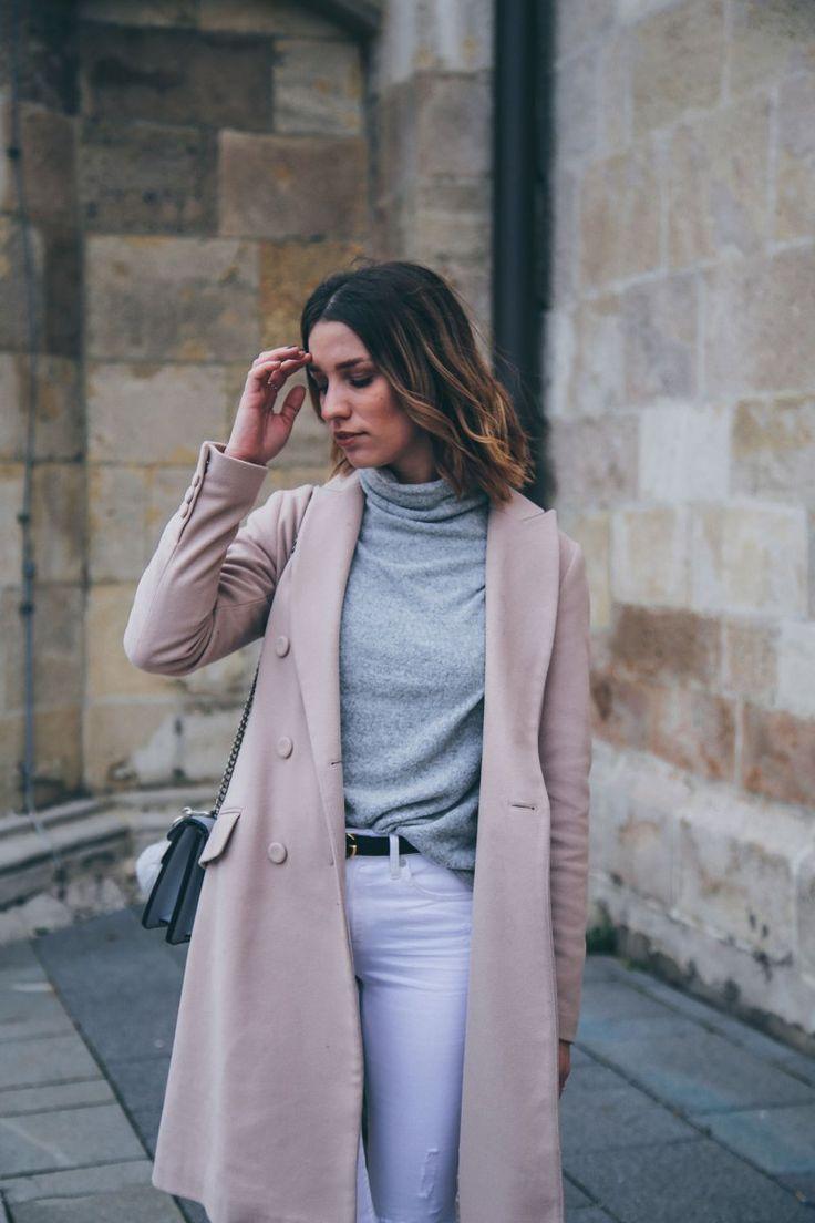Zartrosa Mantel, weisse Jeans, Boots & Gucci Gürtel