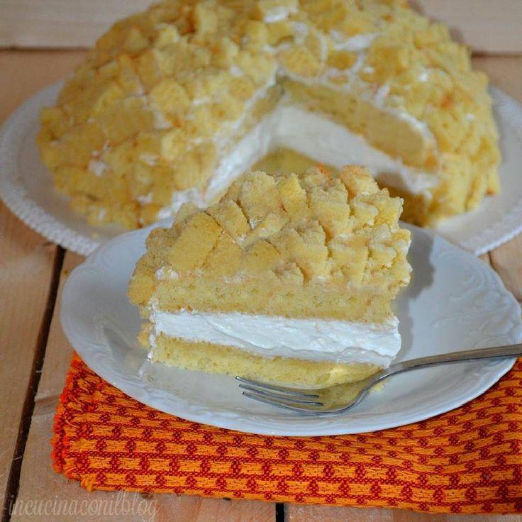 La TORTA MIMOSA, ha come base il pan di Spagna, farcito con panna e ananas. Tra tutte le versioni ho deciso di prepararne una semplice, divertente poi la decorazione con i pezzetti di torta che ricordano appunto la mimosa