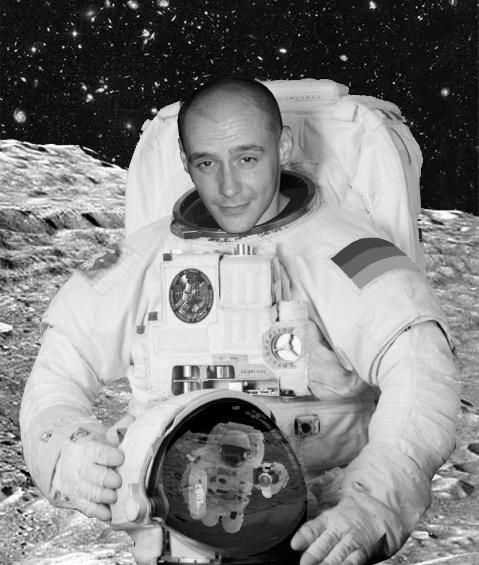 Sven als Astronaut (ja, ich weiß, dass er ohne Helm keine Luft kriegen würde ;) )