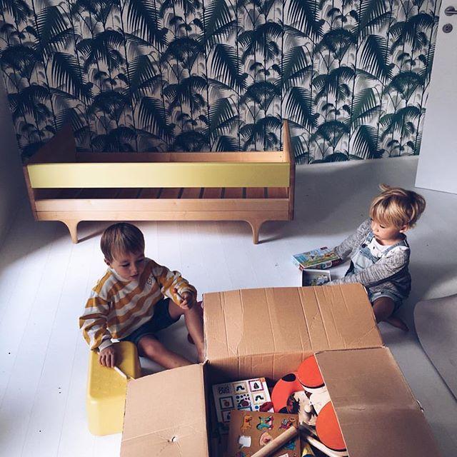 The Caravan Divan toddler bed from @kalonstudios. See all 8 colors online   DKK 8899. Shop link in bio. #studiominishop #kalonstudios #caravandivan #toddlerbed #kidsfurniture #kidsroom #kidsinterior #børneværelse #børnemøbler #barneseng #juniorseng #børneinteriør Thank you @bonjourgeorges for letting me share this beautiful picture.