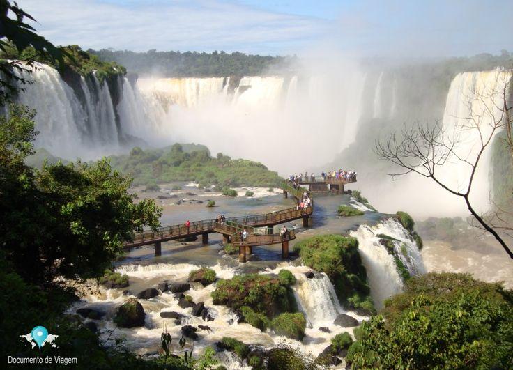 Cataratas do Iguaçu é um conjunto de cerca de 275 quedas de água no rio Iguaçu, localizada dentro do Parque Nacional do Iguaçu, Brasil e Argentina [...] Leia mais  Iguazu Falls is a group of about 275 water falls on the Iguazu River, located within the Iguazu National Park, Brazil and Argentina [...] Read more